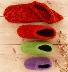 Knit baby gloves & instructions for baby mittens & Talu. Free Knitting, Baby Knitting, Crochet Baby, Knit Crochet, Bedroom Slippers, Baby Mittens, Felt Shoes, Knitted Slippers, Baby Sweaters