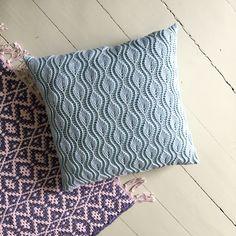 Leafy pillow Crochet pattern by Sidsel Sangild Crochet Motifs, Crochet Stitches, Crochet Patterns, Crochet Decoration, Crochet Home Decor, Basket Weave Crochet Pattern, Diy Pillows, Throw Pillows, Knitted Cushions