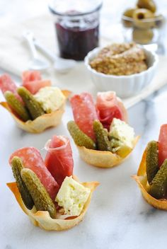 Charcuterie Party Cups - A charcuterie board in a personal-sized wonton cup appetizer! Wonton wrappers filled with ingredients like salami, prosciutto and Salemville®️ Reserve Cheese, make it easy for guests to hold and socialize at the same time! Fingerfood Recipes, Appetizer Recipes, Snacks Für Party, Appetizers For Party, Meat Appetizers, Pinchos Caprese, Wonton Cups, Wonton Wrappers, Charcuterie Board