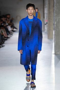 See the complete Dries Van Noten Spring 2019 Menswear collection. See the complete Dries Van Noten Spring 2019 Menswear collection. Winter Fashion Outfits, Autumn Winter Fashion, Paris Winter, Streetwear, Fashion Business, Business Men, Dries Van Noten, Paris Mode, Mens Trends