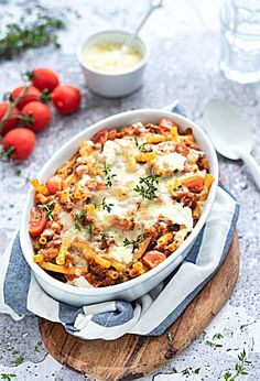 Macaroni casserole with minced meat and cheese - Easy pasta casserole: macaroni casserole with minced meat, cheese and ricotta. Tasty, easy and quic - Macaroni Casserole, Macaroni Pasta, Casserole Recipes, Macaroni And Cheese, Healthy Diners, Healthy Pasta Salad, Couscous Recipes, Pasta Recipes, Kitchens