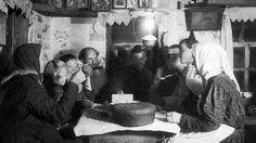 В 1891 году семнадцать губерний России с населением 36млн человек постиг катастрофический неурожай. Однако во многих местах голодающим крестьянам вместо реальной помощи начали предлагать рецепты хлебных суррогатов, гораздо худших, чем те, к которым от нужды обычно прибегали в деревнях.