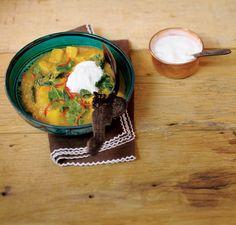 Cozido de batata-doce com couve | Receita Panelinha: Experimentar combinação de sabores com a batata-doce é sempre divertido, porque ela se dá bem com uma série de ingredientes. Com gengibre, curry e pimenta-dedo-de-moça, a raiz ganha ares de comida indiana.