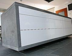 Grifflose Kücheninsel, hochglanz weiß, mit Betonarbeitsplatte (Jäschke Arbeitsplatten)