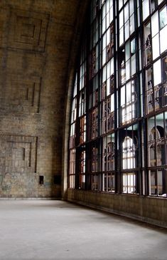 Beautiful Space for a loft! Industrial Living, Industrial Chic, Industrial Windows, Industrial Bedroom, Vintage Industrial, Kitchen Industrial, Industrial Interiors, Industrial Stairs, Industrial Restaurant