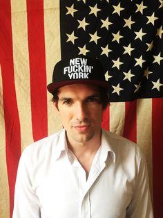 """Der deutsche Daniel Kirch hat zusammen mit seinem Freund Jonas Diezun das Label Daniel Joans gegründet. Ihre Caps mit der Aufschrift """"New Fuckin'York""""sind gerade das It-Accessoire der New Yorker Hipsterszene."""