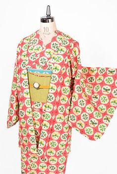 お花のような四つ葉のようなモチーフと蝶々がいろどるハニカムパターンのような水玉のようなデザインに心ときめくウールのアンサンブル(着物と羽織のセット)です。