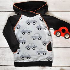 Freebook Hoodie Schnittmuster Kind * The Crafting Café Baby Hoodie, Raglan Pullover, Sewing For Kids, Alexander Mcqueen Scarf, Hoodies, Jackets, Crafts, Fashion, Little Girl Clothing