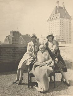 Actresses Lillian & Dorothy Gish with their mother