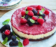 Berries and lemon are a great match in this delicious vegan and gluten-free cheesecake. Lemon Cheesecake Recipes, Gluten Free Cheesecake, Banana Bread Recipes, Gluten Free Chocolate, Chocolate Recipes, Pickled Peaches, Peach Pork Chops, Salad With Balsamic Dressing, Banana Walnut Bread