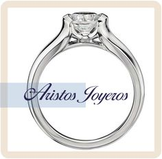 Hermoso anillo de compromiso de oro blanco, con diamante solitario en una brillante montura de semibisel.