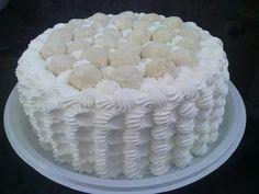 Bolo de leite ninho, decorado com docinhos de leite ninho.