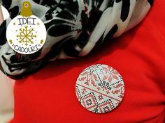 O insigna cu model traditional poate fi cadoul ideal de Craciun. Traditional