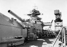 """Schlachtschiff """"Bismarck"""" (1939)  On peut aussi voir une tourelle latérale armée d'un double canon 15 cm SK C/28, l'armement secondaire des classes Bismark, Scharnhorst, Deutschland et de la classe de porte-avions Graf Zeppelin."""