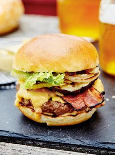Cheese lovers rejoice: This burger recipe is simply oozing with a chipotle cheese sauce. Fun Easy Recipes, Light Recipes, Bbq Baked Potatoes, Summer Burgers, New Pressure Cooker, Ricardo Recipe, Most Delicious Recipe, Cheese Sauce, Hamburger Recipes