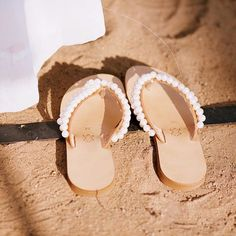 Perfect little slippers for a Maui beach wedding! Our bride Dawn wore these for her ceremony. They were perfect for when they walked down to the beach to gather sand for their Hawaiian blessing. Photo by @annakimphotography #beachweddingshoes #beachweddin