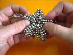 Making a 5 pointed star. The star is made with 375 dots, using Using diamonds leads to a star with dots. Make a five-pointed star. The star consists of 375 * 5 * points of 5 * 5 diamonds. Use 3 * 3 * 15 = 135 points. Beading Projects, Beading Tutorials, Beading Patterns, Refrigerator Decoration, Necklace Tutorial, Beads Tutorial, Beaded Starfish, Beaded Jewelry, Beaded Bracelets