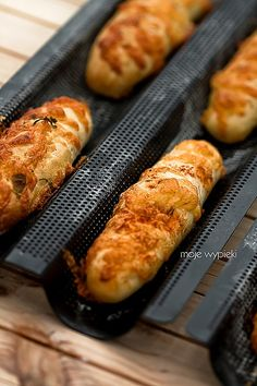 Drożdżowe paluchy z serem żółtym