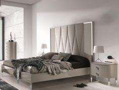 Dormitorio lacado en color gris perla con cabezal  con marco en acero inox y tapizado en tela cliente. Mod.JOSEPHINE