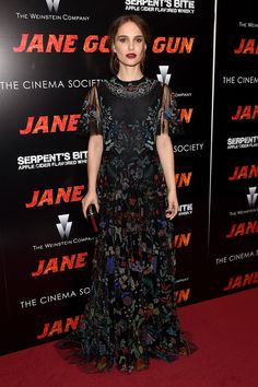 """Joel Edgerton and Natalie Portman attend the New York premiere of """"Jane Got A Gun"""" hosted by The Weinstein Company with the Cinema Society and Serpent's Estilo Natalie Portman, Natalie Portman Style, Kate Bosworth, Penelope Cruz, Anne Hathaway, Stockholm Fashion Week, Joel Edgerton, Floral Gown, Ootd"""