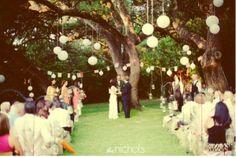 Se você tiver a sorte de se casar em um belo cenário, então você vai precisar de uma decoração simples, porém elegante! Apenas para ressaltar a beleza do local! Na foto abaixo, podemos observar lanternas de papel penduradas nas árvores, e no corredor, potinhos de vidro(reciclados! pode ser potes de geléia!).