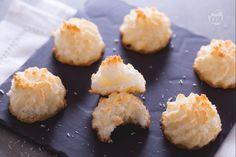 I dolcetti al cocco sono dei fragranti bocconcini, che si preparano in pochissimo tempo, perfetti da servire insieme ad una tazza di thè caldo.