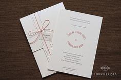 :: CONVITE :: - Tamanho: 14 cm x 20 cm - Papel: Branco com leve brilho perolado e suave textura, gramatura 250g/m²   :: CONJUNTO (itens inclusos) :: - Convite - Envelope - Cinta de papel - Cartão com nome dos convidados - Papel de todo o conjunto: Branco com leve brilho perolado e suave textura, gramatura 250g/m² - Fechamento com uma volta de cordão e amarração com laço  :: PERSONALIZAÇÃO :: - As cores de todos os textos e desenhos poderão ser alteradas para qualquer uma das cores do ...