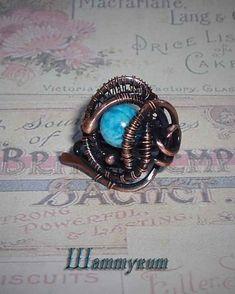 Колечко с бусиной шаттукита выполнено из патинированной меди в технике wire wrap. Размер 17+, регулируемый. Shattuckite bead ring made of patinated copper in wire wrap technique.