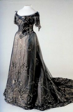 Black dress worn by Alexandra Feodorovna (State Hermitage Museum - St. Petersburg, Russia)Albumette: Dresses worn by Tsaritsa Alexandra Feodorovna. This albumette shows dresses worn by Tsaritsa Alexandra Feodorovna. Vintage Outfits, Vintage Gowns, Vintage Hats, Moda Vintage, Vintage Mode, Historical Costume, Historical Clothing, Beautiful Gowns, Beautiful Outfits