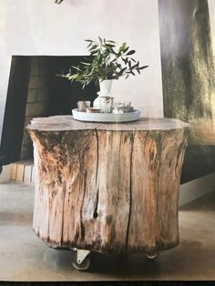 Use a tree stump as a table base. Tree Stump Side Table, Trunk Table, Inside A House, Ranch Decor, Decoration Plante, Live Edge Wood, Beautiful Interior Design, Diy Wood Projects, Wood Furniture