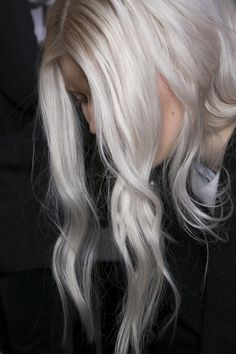 (Intentional) Silver hair: what do you ladies think about this trend? We think it looks beautiful on the right girl, but it's a took look to master. Tell us your thoughts! #Trendsetting