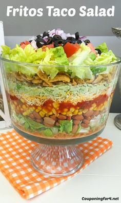 Taco Salad With Fritos Fritos Taco Salad - Taco Salads are some of the easiest and tastiest recipes to make for a party! Even better, this one highlights Fritos! It doesn't get foodiemuch better! Vegetarian and gluten free. Frito Taco Salad, Taco Salad Recipes, Mexican Food Recipes, Dinner Recipes, Fritos Salad, Taco Salad Bar, Vegetarian Taco Salad, Dinner Ideas, Doritos Taco