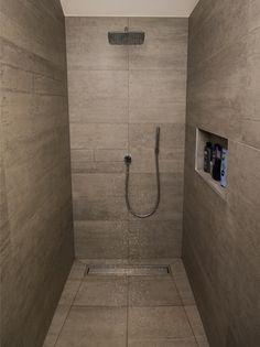 Dit is een ontwerp van de hand van Dagmar zelf. Door de muur tussen 2 kamers te slopen, hebben we een grote design badkamer kunnen maken. Het bad staat centraal in de nieuwe grote badkamer. Vanuit het bad kan je lekker onderuit naar je favoriete TV-programma kijken. Naast het bad …