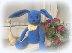 Schönes blaues Kaninchen wartet darauf von dir gehäkelt zu werden. Zum Kuscheln, zum verschenken oder selber behalten. Mit der leicht verständlichen Häkelanleitung im PDF-Format kannst Du das Kaninchen ganz einfach nachhäkeln. Es wird Schritt für Sc