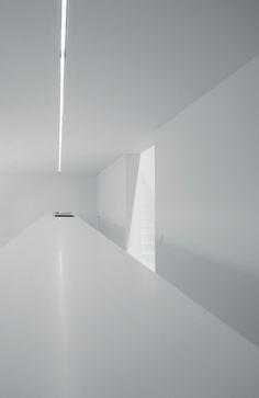 White minimalistic interior - O Residence | interior design. Innenarchitektur . design d'intérieur | Architect: Shinichi Ogawa + Associates |