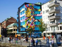 Alfred Nobel (1833-1896), químico e inventor sueco. 2014. Mural grafitado. Eduardo Kobra (S.Paulo, SP, Brasil, 1976 - ). Encontra-se em Boras, Suécia. O mural tem 16 m de altura por 10 de comprimento. Imagem em 3D, reproduzindo a medalha do Prêmio Nobel, e valorizando assim a história do criador do prêmio, Alfred Nobel.  Fotografia: Arquivo pessoal.  http://entretenimento.uol.com.br/album/2015/06/09/conheca-grafites-do-brasileiro-eduardo-kobra-espalhados-pelo-mundo.htm#fotoNav=11