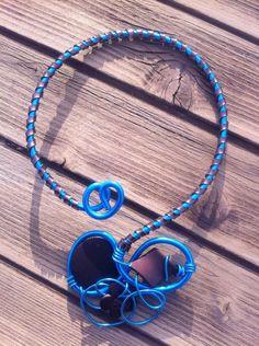 Collier n°047  En gros fil d'aluminium de couleur bleu et du fil d'aluminium plat marron avec ses perles de couleur marron  Retrouvez ce modéle sur ma page facebook : https://www.facebook.com/olivia.creation.5