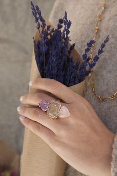 Anillo original, anillo grande, anillo bañado en oro, anillo piedras, piedras semipreciosas. Cuarzo rosa y amatista. Anillo circonitas. Anillo para poda, anillo elegante. Flores, ramo de flores, anillo flores, anillo en mano.  Joyas Coolook.