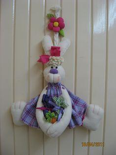 Cordão de páscoa - R$ 28,00 cada - 60cm  Casal coelhos de pé - R$ 52,00 cada - 50cm de altura (este casal pode ser colocado no chão, pois fi... Hanukkah, Bunny, Lily, Wreaths, Crafts, Home Decor, Easter Crafts, Diy And Crafts, Handmade Crafts