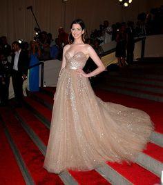 Anne Hathaway de Valentino en la Gala del MET 2010