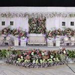 "227 Likes, 5 Comments - Laksmi art and decoration (@laksmidecoration) on Instagram: ""Dekorasi pelaminan dengan suasana serba putih akan lebih mudah mengkombinasikan dengan warna bunga…"""