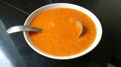 Pittige saus van gepofte kerstomaten recept saus voor 4 personen bereidingstijd 15 minuten incl. 10 minuten oventijd voedingswaarde: 292 kcal, 18,3 gr koolhydraten, 5,6 gr eiwit, 21 gr vet, waarvan 2,9 gr verz. vet benodigdheden: 500 gr. biologische kerstomaten, 2 eetlepels olijfolie, zout, 2 tenen knoflook is stukjes, 1 ui in stukjes, gesnedenrode peper of sambal Zet de oven op …