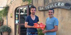 Richard und Öko-Landwirt Joan Adrover Sitges mit der ersten Charge der frischen Paprika-Ernte 2016