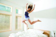 Începe ziua plin de energie pozitivă cu un ritual pe stomacul gol de 7 minute..sau mai puţin !    Bun găsit!  Cum sunt în general diminețile pentru tine?  Cum te simţi, plin de energie ca o panteră sau moale ca o meduză?  Posibil răspuns: Păi, depinde ce visez. 😛  Da, e adevărat că ceea ce visezi poate să-ţi dea o anumită emoţie, aşa, de la prima oră.  Însă, de obicei, dimineaţa avem o energie scăzută şi e normal să fie aşa.  Corpul este deshidratat, iar mintea conştientă e…