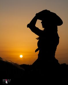 Another nice silhouette Cowboy Girl, Cowgirl And Horse, Cowboy Love, Sunset Silhouette, Horse Silhouette, Horse Girl Photography, Sunset Photography, Foto Cowgirl, Silhouette Photography