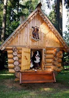 This cool log cabin style dog house is something any pooch would love. Just look at the detail that has gone into this one with the ornament above the doggy door! Luxury Dog House, Cool Dog Houses, Amazing Dog Houses, Cat Houses, Dog Rooms, Pet Home, Mountain Dogs, Bernese Mountain, Animal House