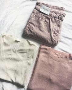 Creating a spring wardrobe with pink ripped jeans from Next. Cream and pink jumpers from HnM. Instagram Brightsidecassie