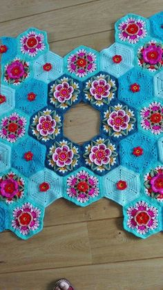 Frida s flowers blanket cal 2016 variation Crochet Afghans, Crochet Quilt, Crochet Squares, Crochet Granny, Crochet Motif, Crochet Flowers, Crochet Lace, Crochet Stitches, Crochet Patterns