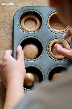 Jablkové tartaletky so slaným karamelom - Coolinári Sweet Desserts, Sweet Recipes, Mini Cakes, Cupcake Cakes, Mini Fruit Tarts, Bolo Cake, Sweet Bar, Little Cakes, Pie Dessert
