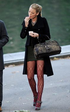 Tight Skirts Page: Gossip Girl tv series: Preppy tight skirts Mode Gossip Girl, Gossip Girl Serena, Estilo Gossip Girl, Gossip Girl Outfits, Gossip Girl Fashion, Mode Blake Lively, Blake Lively Style, Blake Lively Outfits, Fashion Heels